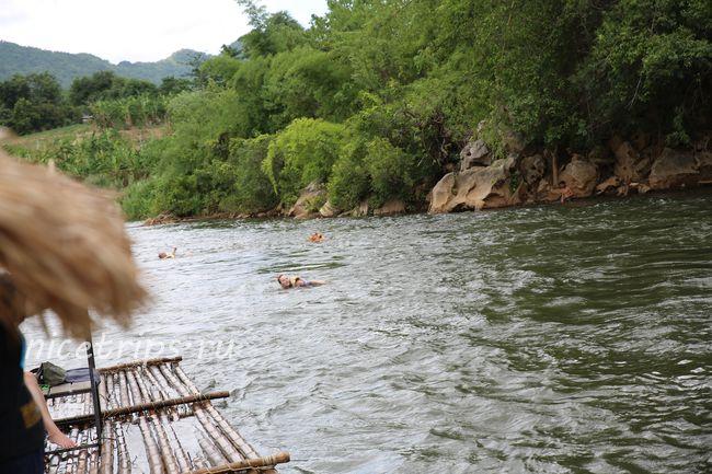 Туристы в реке