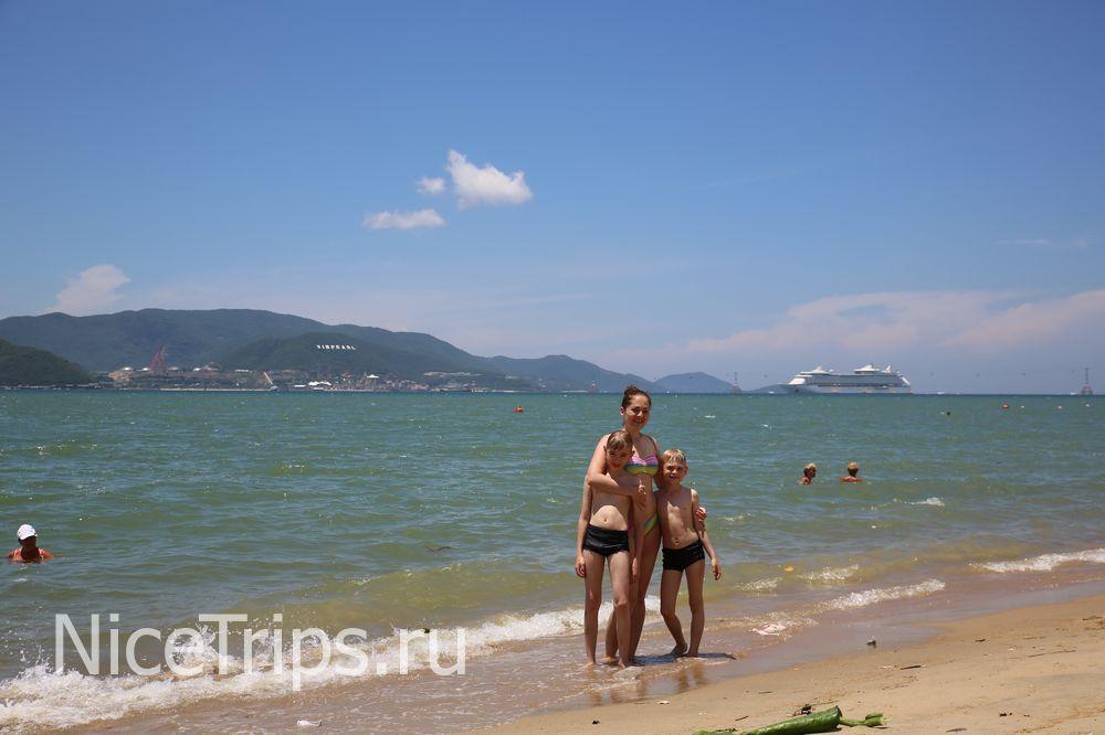Семья на пляже.