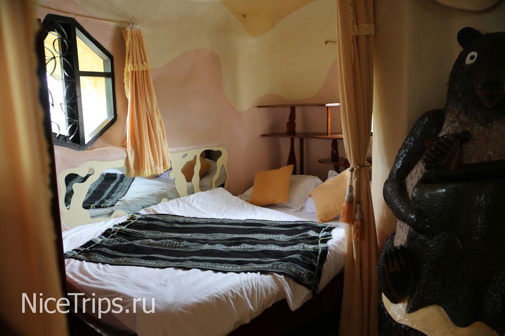 Комната в отеле с медведем
