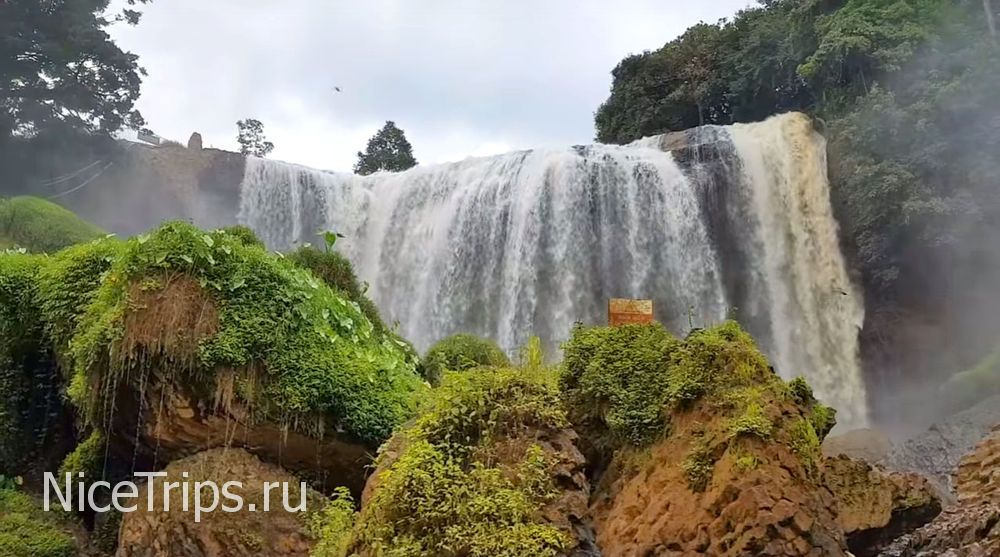 Мощный слоновий водопад в окрестностях Далата