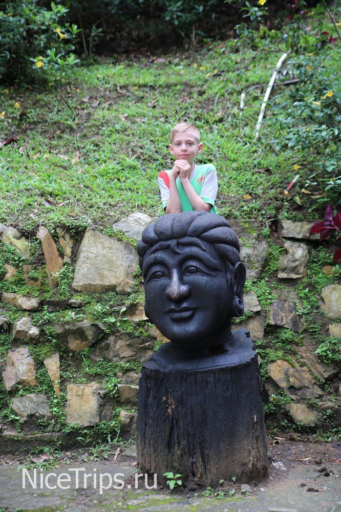 Статуя на территории
