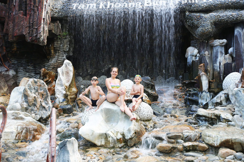 водопад на территории Грязелечебницы 100 яиц