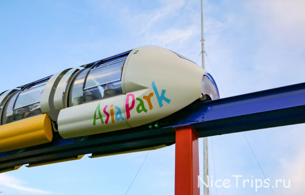 монорельс в парке развлечений