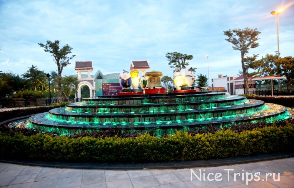 фонтан на входе в Asia Park