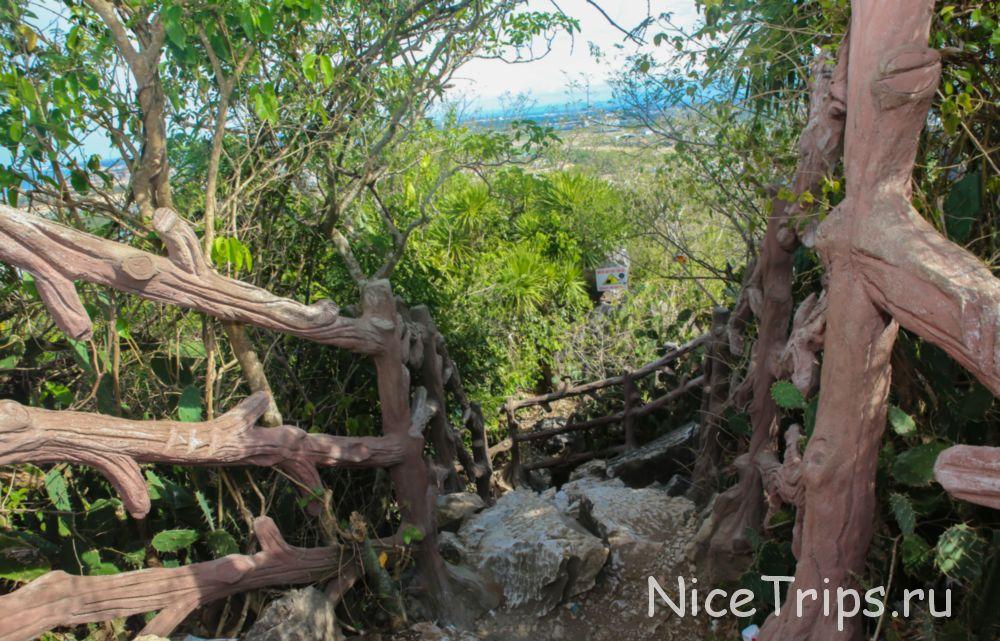 Путь от обзорной точки на мраморных горах