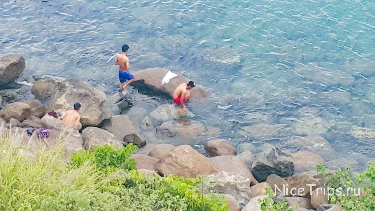 вьетнамцы на диком пляже
