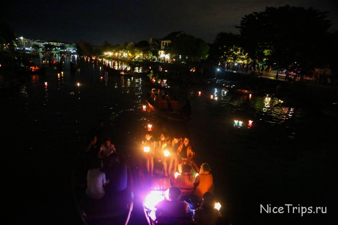Запуск горящих фонариков по реке
