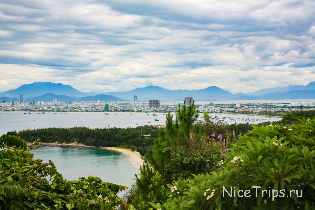 Вид на море и город Дананг с пагоды Линь Унг и Леди Будды