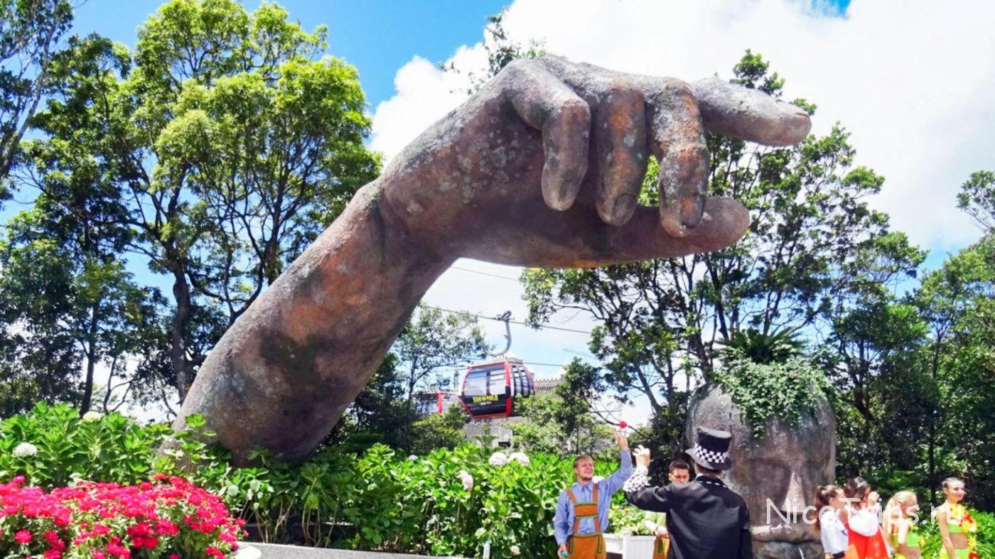 Скульптура рука