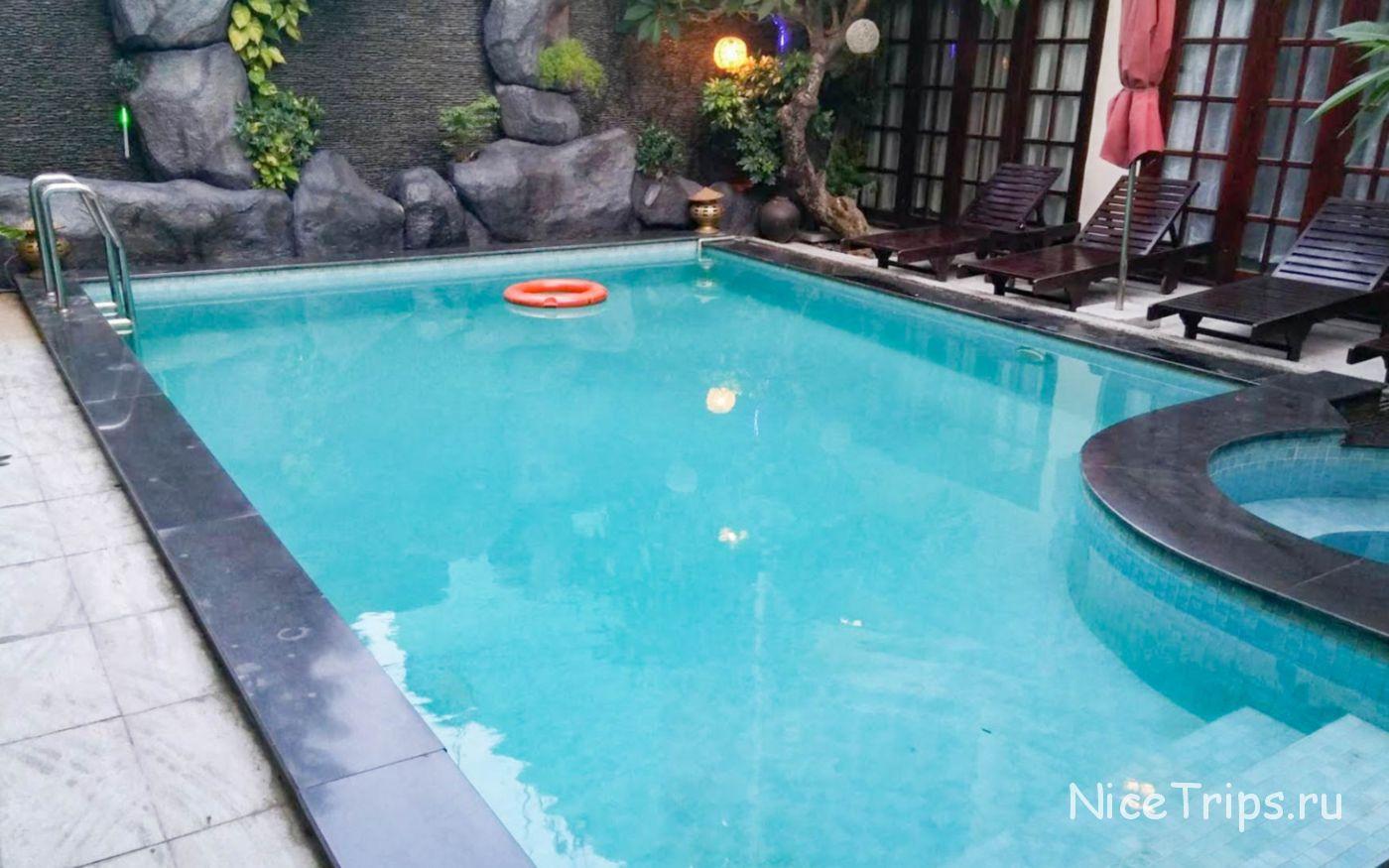 бассейн в отеле Gold Coast