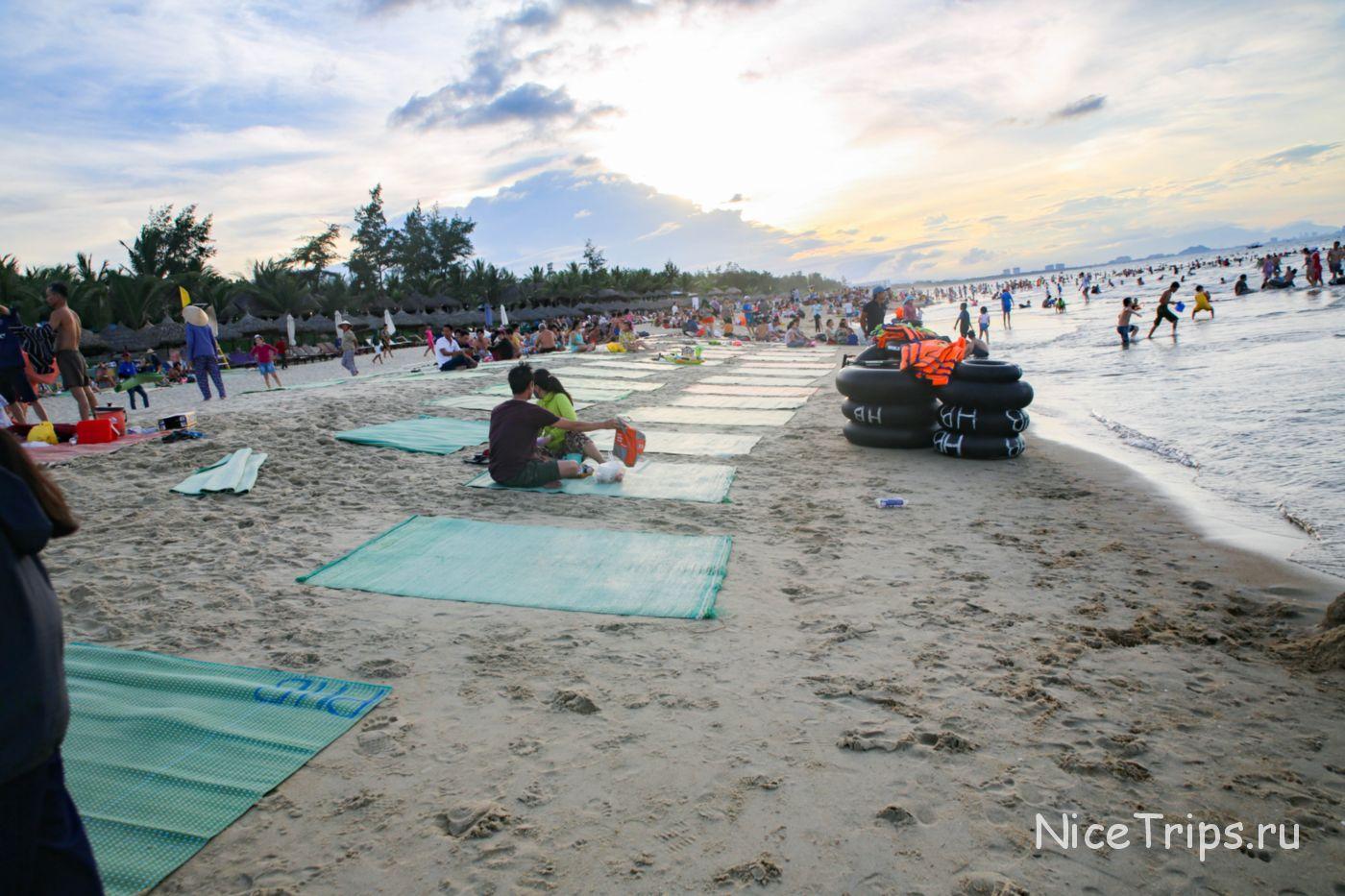 многолюдный пляж Хойана