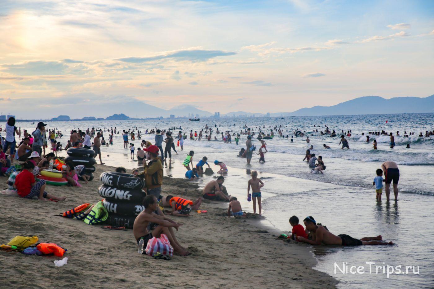 Оживленный пляж Ан банг