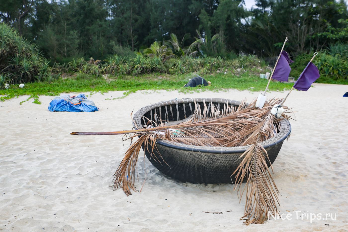 круглая лодка на песке