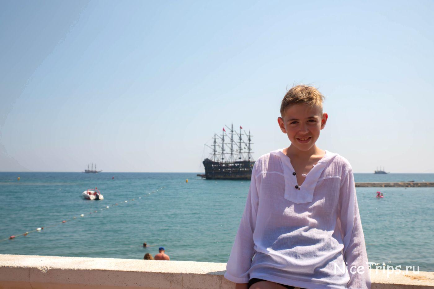 фото на фоне моря и пиратского корабля