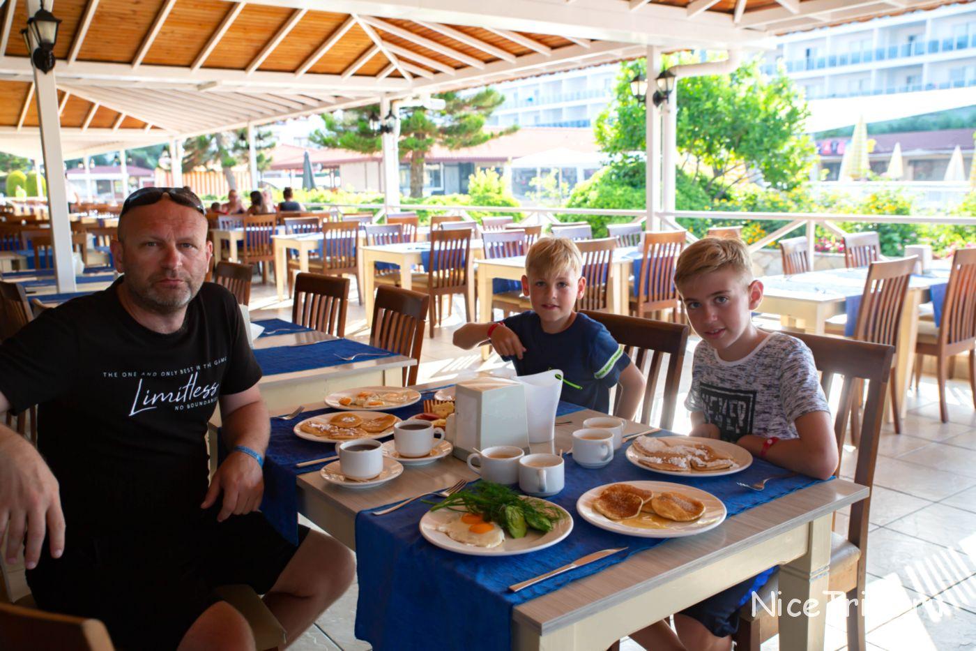 Завтрак в отеле Eftalia Village