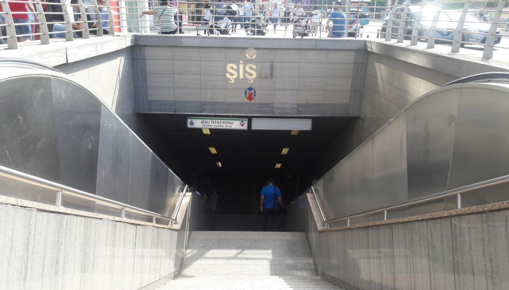 Вход в подземное метро