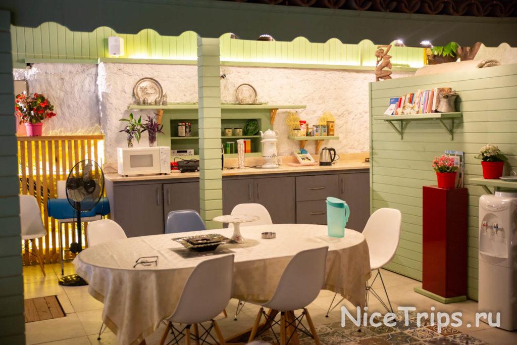 The Suite hotel - кухня в вечернем свете