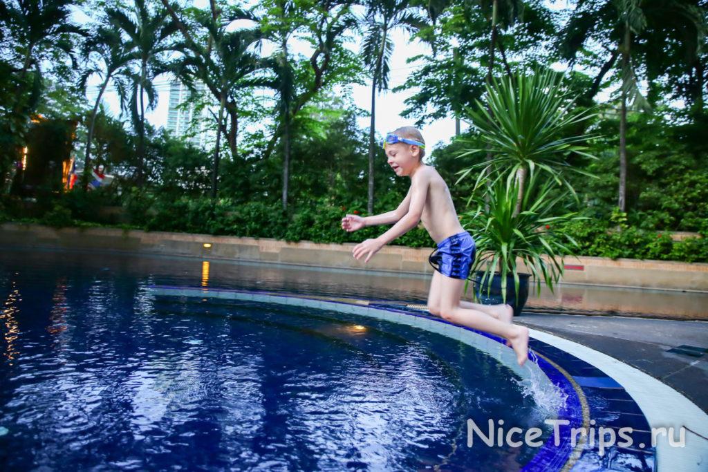 бассейн отеля Pantip suites bangkok